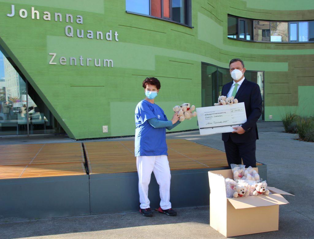Cyril von Recum von der EULER Group übergibt 50 Trösteteddys an die Kinderstation des Uniklinikums Frankfurt.