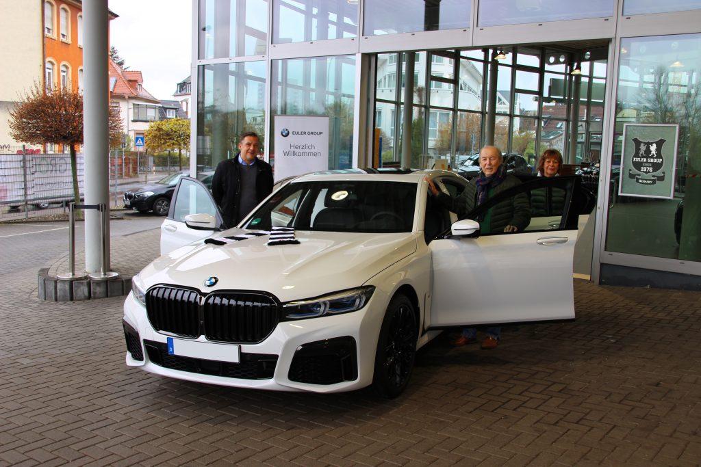 Cyril von Recum ist live dabei, als Fußballlegende Jürgen Grabowski, Ehrenspielführer der SG Eintracht Frankfurt, seinen neuen 7er BMW in Empfang nimmt.